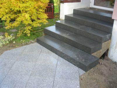 Escalier en marche bloc granit noir et dalles granit blanc for Escalier bloc marche