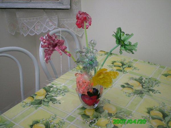 les fleurs en bouteille plastique blog de laurajhoan. Black Bedroom Furniture Sets. Home Design Ideas