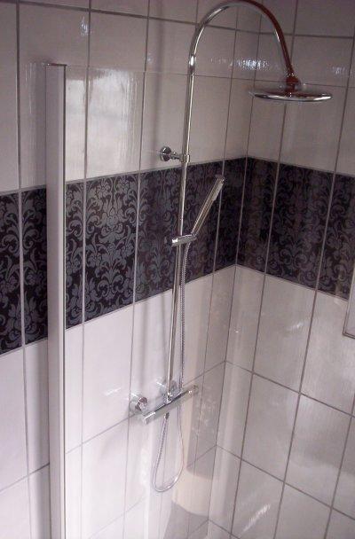 Salle de bain noir et blanc style baroque ent galzin for Salle de bain faience blanche