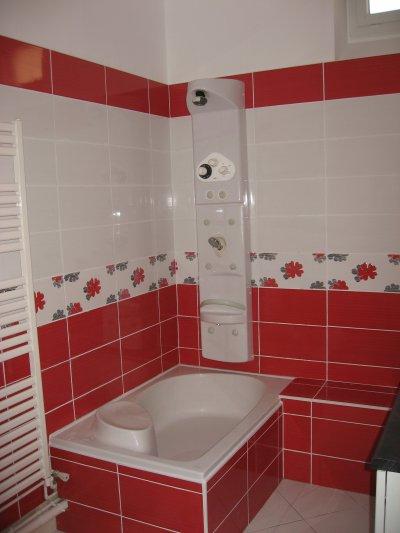 Salle de bain en rouge et blanc ent galzin habitat 71 for Salle de bain faience blanche
