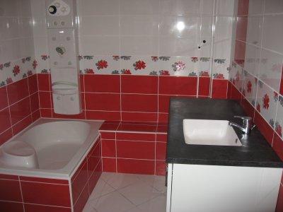 Salle de bain en rouge et blanc ent galzin habitat 71 for Faience salle de bain rouge et blanc