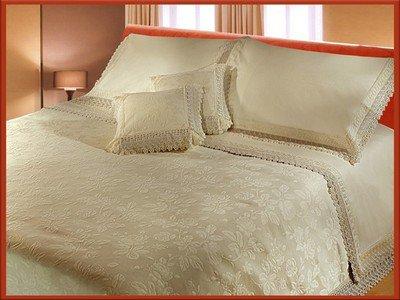 couvre lit de luxe le prix est 15000 da chez la reine
