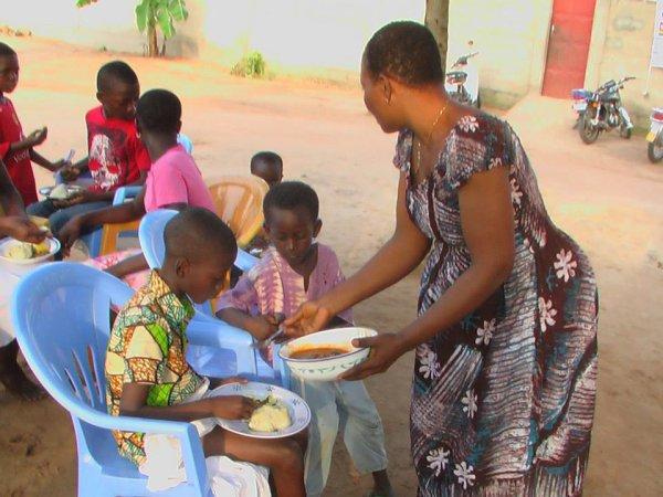 Carole Amédée avec les orphélins au TOGO / L'association humanitaire JEV-TOGO