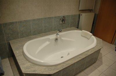 une baignoire double dos avec remplissage d eau. Black Bedroom Furniture Sets. Home Design Ideas