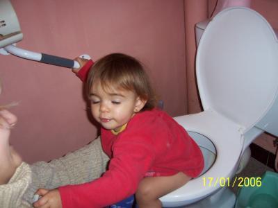 malicia qui fait pipi sur les toilettes mon skyblog. Black Bedroom Furniture Sets. Home Design Ideas
