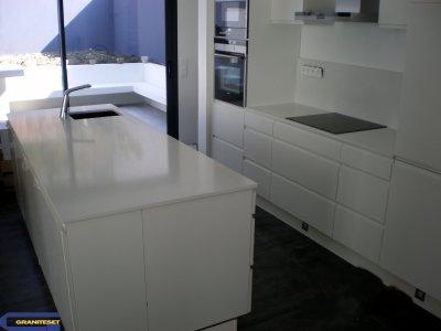 cuisine avec plan et lot en quartz crystal polar white granitset. Black Bedroom Furniture Sets. Home Design Ideas