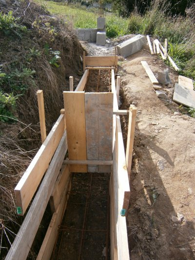 Fondation mur de cloture avant de reprendre le mur de soutennement blog de milou75140 - Fondation pour muret en parpaing ...