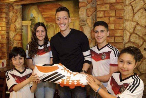 Mesut Ozil sauve 23 enfants br�siliens !