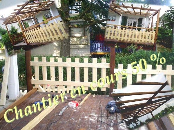 Terrasse en bois sur pilotis en prolongement dun balcon en béton