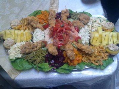 salades compos avec brochette de poisson ananas et avocat le gourmet. Black Bedroom Furniture Sets. Home Design Ideas
