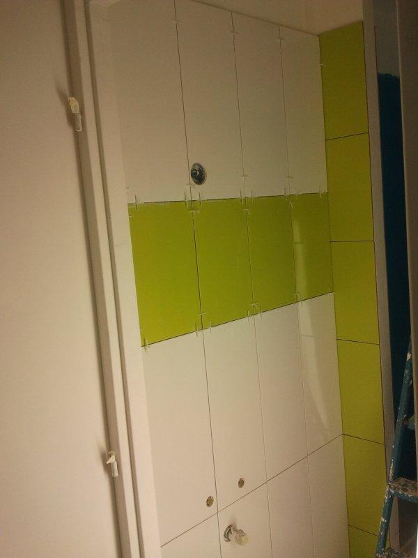 21 septembre 2012 la fa ence dans la sdb du bas avance blanc et vert anis notre maison. Black Bedroom Furniture Sets. Home Design Ideas