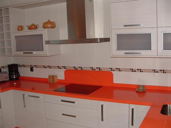 Cocina blanco mate con encimera naranja cocinas guadix - Materiales para encimeras de cocina ...