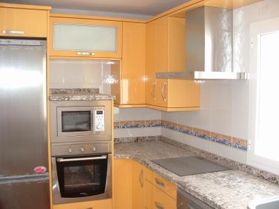Una soluci n habitual con un esquema de cocina a tres - Muebles guadix ...