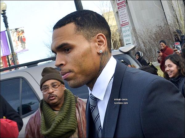 . 8 JAN. : Chris a �t� aper�u quittant l'audience � laquelle il �tait convoqu� concernant l'altercation qui avait eu lieu il y a quelques mois � Washington. (Washington, D.C.)  -