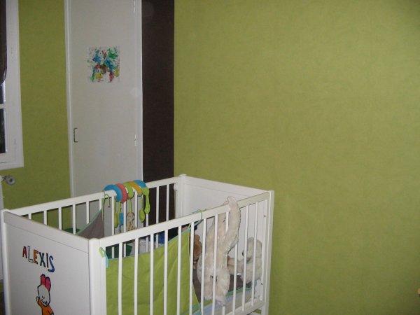 le mur vert anis avec des bandes de chocolat le petit monde d 39 alexis. Black Bedroom Furniture Sets. Home Design Ideas