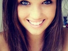 Actrices brune aux yeux bleus