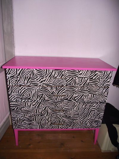 Customisation commode z bre et rose et chevet rose for Chambre zebre