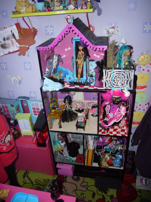 maison monster high vue d ensemble creation de meuble pour monster high. Black Bedroom Furniture Sets. Home Design Ideas