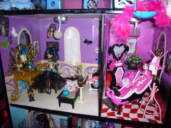 Maison monster high vue d ensemble chambre salle de for Monster high accessoires de chambre