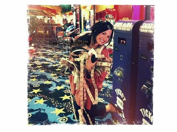 Le 28 mai , Demi Lovato � post�e une photo twitter , elle �tait dans un Parc D'attraction ;D Un �norme TOP pour notre magnifique �toile ♥ Top / Bof / Flop ? Vos avis ?