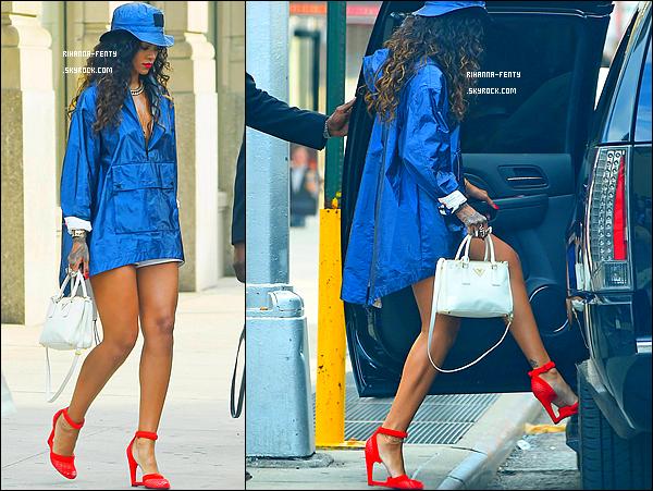 _ 06/09/2014 : Rihanna Fenty s'est rendue au d�fil� � Alexander Wang � � New York avec sa meilleure amie Melissa.