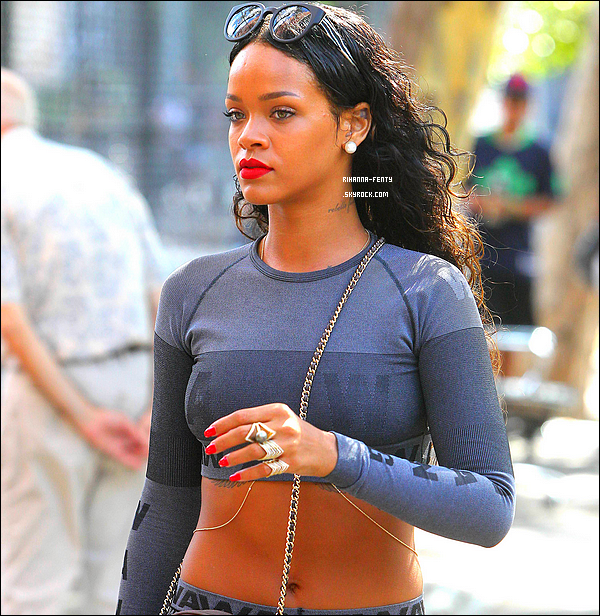_ 07/09/2014 : Rihanna Fenty s'est rendue au restaurant � Da Silvano � � New York. Qu'en pense tu de sa tenue?