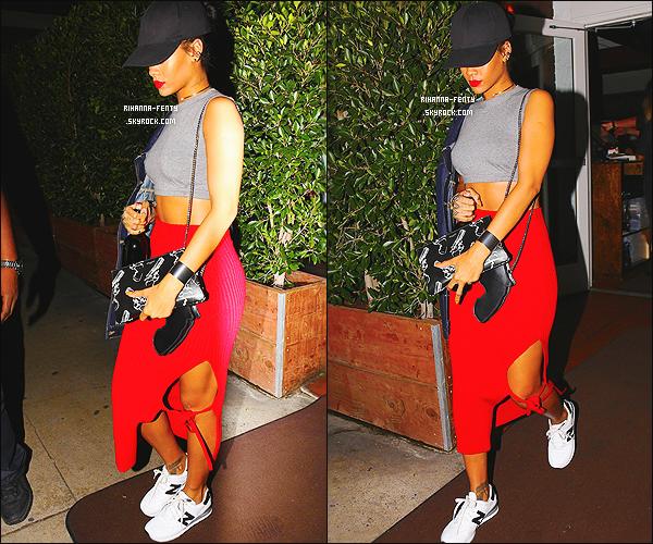 _ 12/10/14 : Rihanna a �t� photographi�e d�nant italien dans son restaurant favoris � Giorgio Baldi � � Los Angeles .[size