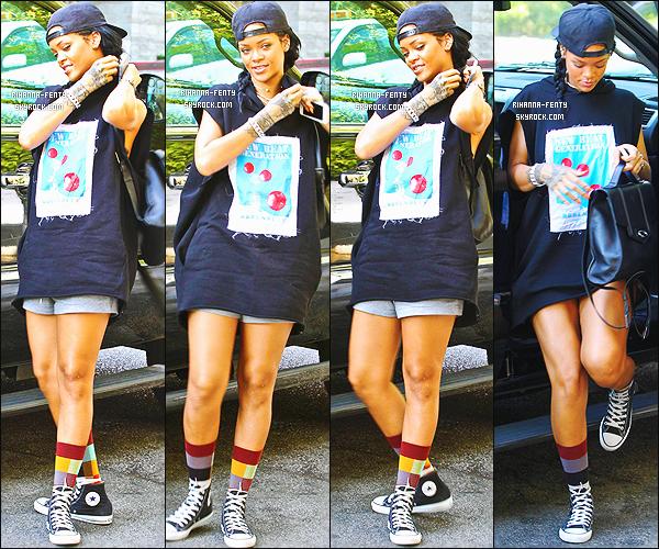 _ 16/10/2014 : Rihanna a �t� aper�ue alors qu'elle arrivait � un h�tel � Los Angeles. Qu'en pense-tu de sa tenue?16/10/2014 : Rihanna prend un vol � l'a�roport � LAX � � Los Angeles. - Plut�t top or flop la tenue de Rihanna ?