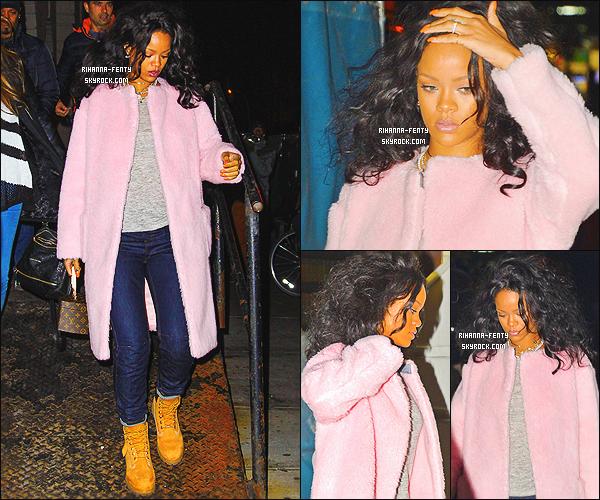 _ 20/10/2014 : Rihanna Fenty a �t� photographi�e dans les rues de New York. Qu'en pense-tu de sa tenue? Top!19/10/2014 : Rihanna a �t� photographi�e alors qu'elle quittait le restaurant � Nobu � � New York . Top or Flop?