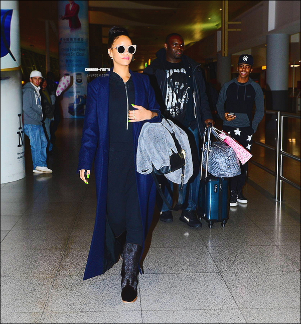 01/12/2014: Apr�s son voyage � Londres, Rihanna est de retour � New York, Elle a �t� aper�ue � l'a�roport JFK.   La belle portait la m�me tenue que lorsqu�elle a quitt� l�Angleterre. Que pensez-vous de la tenue de notre ch�re Rihanna Fenty ?