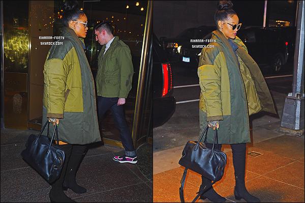 04/12/2014 : Rihanna �t� vue alors qu'elle se rendez encore une fois en studio d'enregistrement � New York.   Que pensez-vous de la tenue de notre Rihanna ? c'est un TOP ou bien FLOP. N'h�sitez surtout pas � me faire parvenir vos avis.