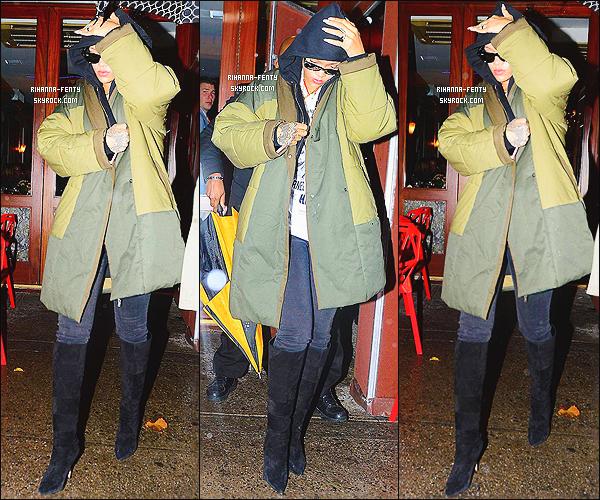 05/12/2014 : Rihanna Fenty a �t� prise en photo alors qu'elle quittait le restaurant  � Da Silvano � � New York.   Que pensez-vous de la tenue de notre Rihanna ? c'est un TOP ou bien FLOP. N'h�sitez surtout pas � me faire parvenir vos avis.