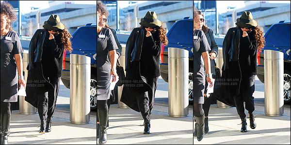 - 15/12/14 :  Toute bien camoufl�e, Selena Gomez �tait � l'a�roport international de JFK  — � New-York City. Selena est sans doute � Los Angeles apr�s avoir pass� quelques jours � New-York, pour l'anniversaire de Taylor. S' �tait v�tue de noir - Tu aimes ? -