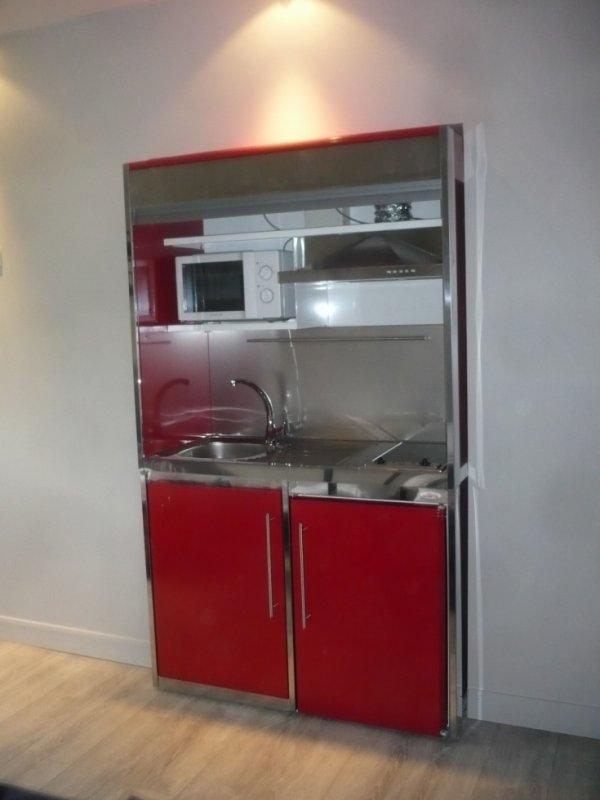 montage d 39 un meuble metalique avec frigo plaque electrique micro onde hotte enfin bref une. Black Bedroom Furniture Sets. Home Design Ideas