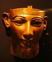 L'histoire Amazigh , d�signe la p�riode de cette tr�s ancienne civilisation autour de la M�diterran�e et du Moyen-Orient et la majorit� des historiens estime que l'an z�ro est la date symbolique et relative � une civilisation tr�s ancienne, qui est un rep�re essentiel pour les berb�res , Le plus connu des royaumes berb�res fut la Numidie avec ses rois tels que Ga�a, Syphax et Massinissa. On peut aussi parler de l'ancienne Libye ainsi que des tribus connues tels que les Libus, et les XXIIe et XXIIIe dynasties �gyptiennes, qui en sont issues. Il y eut aussi des expansions berb�res � travers le Sud du Sahara, la plus r�cente �tant celle des Touaregs et la plus ancienne celle des Capsiens. Plus r�duites, les zones berb�rophones d'aujourd'hui sont in�galement r�parties dans des pays tels que le Maroc, l'Alg�rie, la Libye, la Tunisie et l'�gypte. Les langues berb�res forment une branche de la famille des langues afro-asiatiques. Autrefois, leur alphabet �tait le tifinagh, encore utilis� par les Touaregs. Les berb�res, une mosa�que ethnique et culturelle Les Berb�res constituent donc une mosa�que de peuples de l'�gypte au Maroc, se caract�risant par des relations linguistiques, culturelles et ethniques. On distingue plusieurs formes de langues berb�res : chaoui, chleuh, rifain, chenoui, kabyle, mzabi, zenati, tamasheq sont les plus importants composants du Tamazight (c'est-�-dire � langues des Imazighen �). � travers l'histoire, les Berb�res et leurs langues ont connu des influences romaines, puniques, arabes, turques ou encore fran�aises, ce qui fait que de nos jours, sont appel�s officiellement � berb�res �, les ethnies du Maghreb parlant, se consid�rant et se r�clamant berb�re. Selon Charles-Robert Ageron, � dans l'usage courant, qui continue la tradition arabe, on appelle Berb�res l'ensemble des populations du Maghreb � La question de l'origine des Berb�res s'est pos�e tout au long de l'histoire de l'Afrique du Nord. Les Berb�res sont dispers�s en plusieurs groupes eth