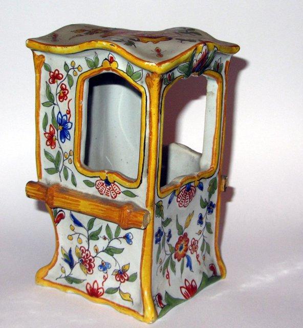 Ancienne chaise a porteur ceramique desvres signee for Chaise a porteur