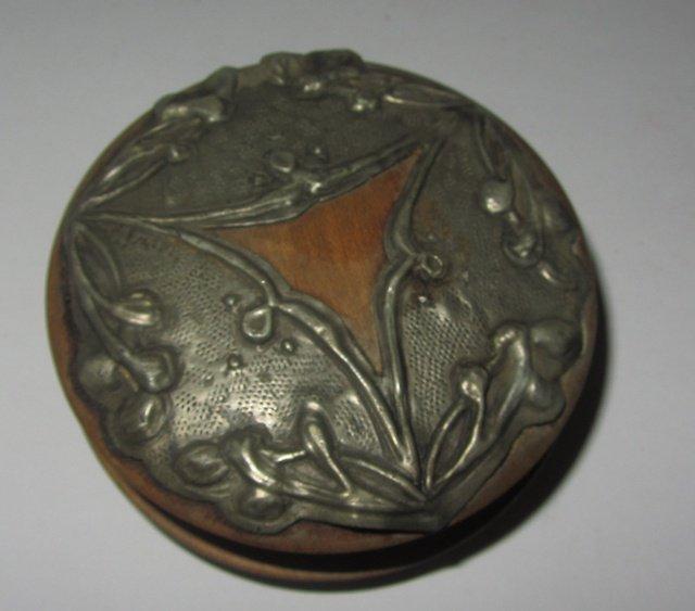 Ancienne boite a priser tabatiere decor repousse snuff box for Fenetre a tabatiere