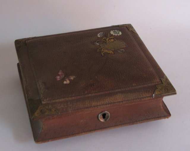 Ancienne boite a bijoux couture en cuir nacre soie antique for Boite a couture en cuir