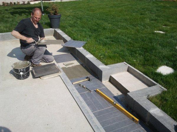 3 mai 2013 mise en place carrelage de la terrasse notre maison phenix - Terras carrelage noir ...