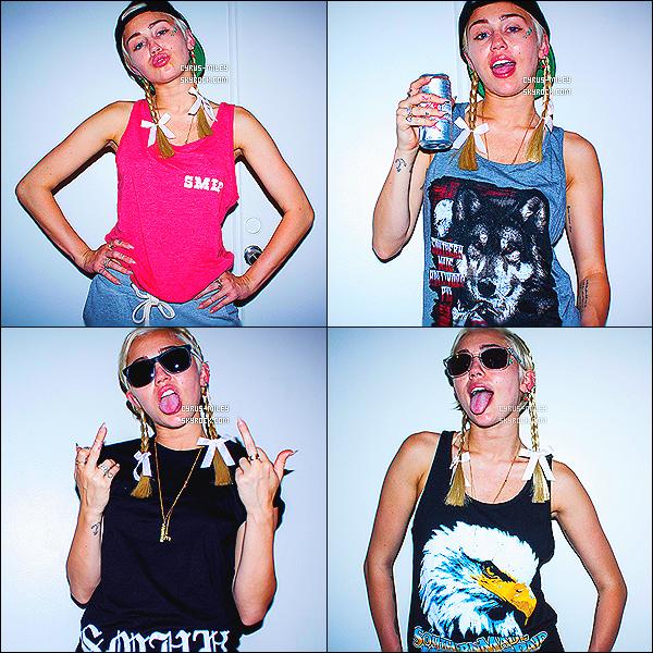 _  - D�COUVREZ UN NOUVEAU SHOOT DE MILEY CYRUS POUR SMHP. QU'EN PENSE TU?Comme vous le savez peut-�tre, le fr�re de Miley, Trace Cyrus (reconnu gr�ce au groupe MetroStation) dispose d'une boutique en ligne pour sa marque SMHP (Southern Made Hollywood Paid). A l'occasion de nouvelles cr�ations, Miley a pris la pose le mois dernier (juillet).