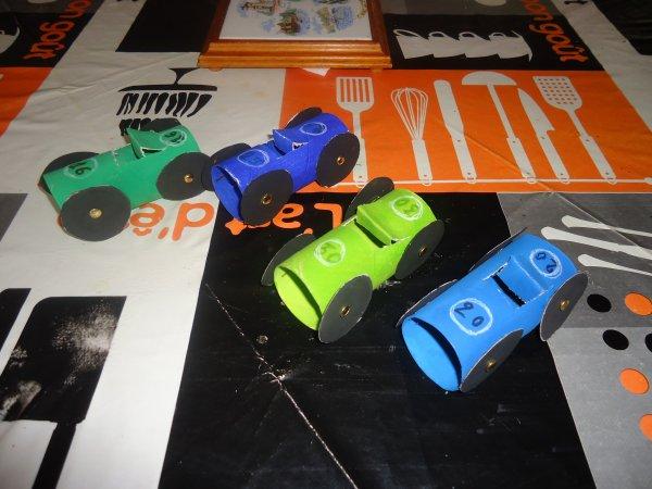 Petites voiture r alis e en rouleaux de papier toilette - Creation rouleau papier toilette ...