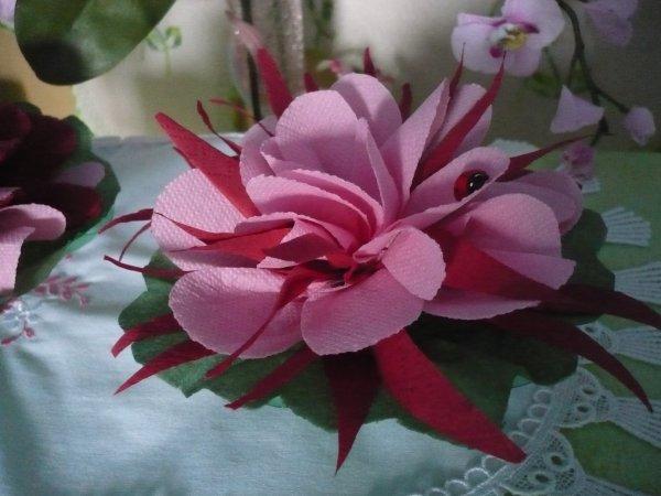 de jolies fleurs avec des serviettes en papier les p 39 tites mains bricoleuses. Black Bedroom Furniture Sets. Home Design Ideas