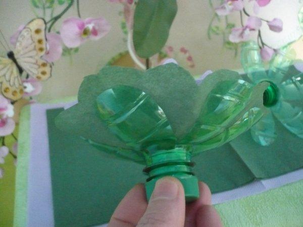 Le socle de la fleur les p 39 tites mains bricoleuses - Fleur en bouteille plastique ...