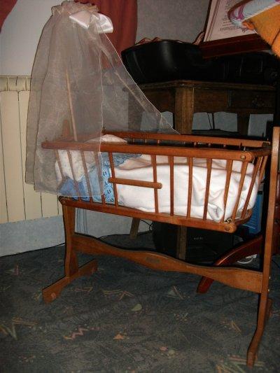 petit berceau en bois et poupon blog de mespouponsdecoeur. Black Bedroom Furniture Sets. Home Design Ideas