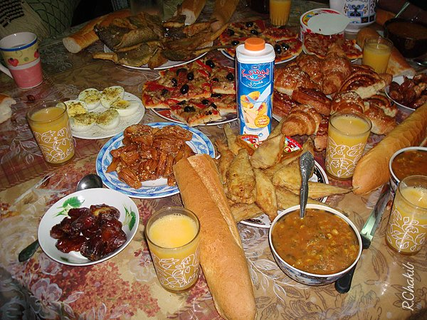Table de ramadan nassira for Les nappes de table marocaine