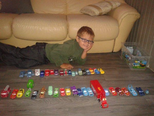 avec ma collection de voiture cars mon fils c 39 est toute ma vie. Black Bedroom Furniture Sets. Home Design Ideas