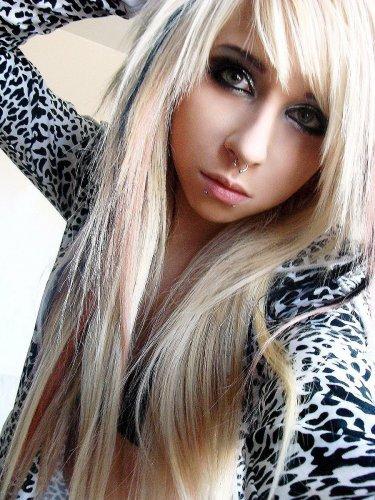 Cheveux bruns emo girl
