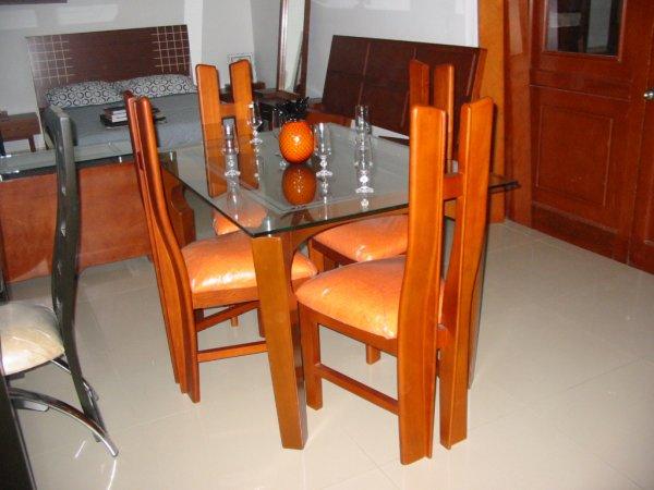 Mesa de comedor deko esferas color cerezo megaespacio for Mesa comedor cerezo