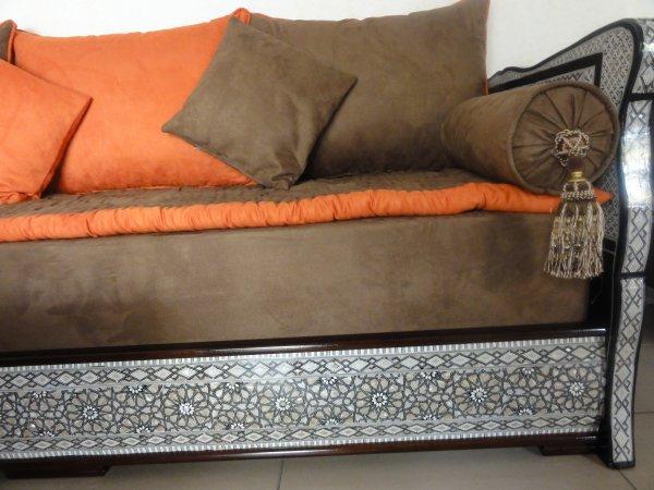 Salon marocain nacre tissu peau de p che 100 oriental for Tissu de salon marocain
