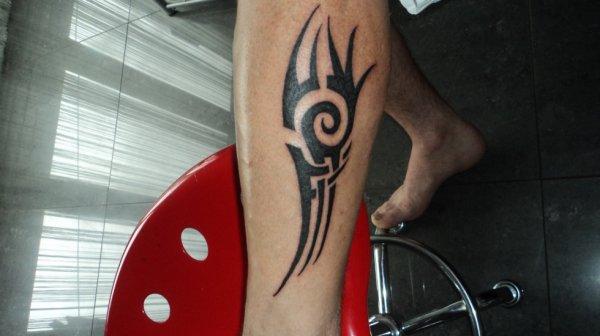 Tatouage tribal sur mollet blog de adrenaline70 - Tatouage mollet tribal ...
